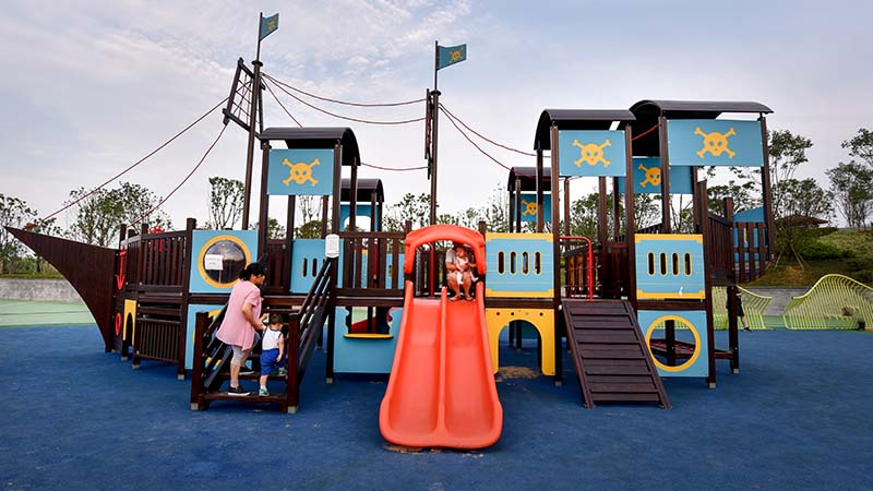Playing outdoor playground equipment is beneficial to children's education